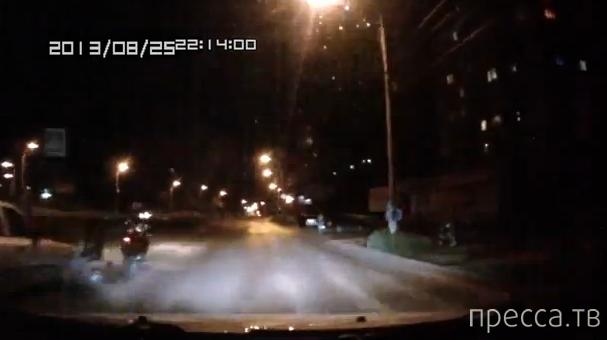 Мотоциклист упал после удара сзади, а мотоцикл поехал дальше... ДТП в Магнитогорске