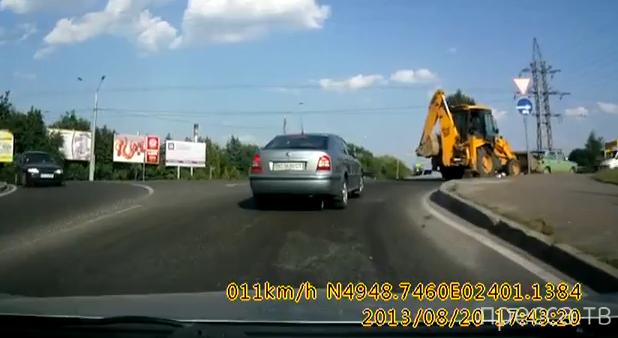 Экскаватор на повороте дал под зад... ДТП во Львове
