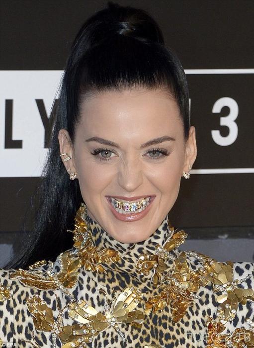 Кэти Перри украсила зубы алмазами (8 фото)