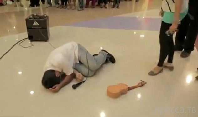 В ответ на предложение руки и сердца парень получил гитарой по голове...