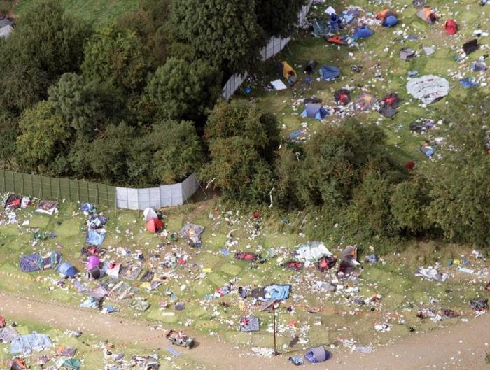 Ужасный бардак после музыкального фестиваля в британском городе Рединг (7 фото)