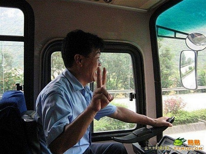 Китайский автобус без руля (6 фото)