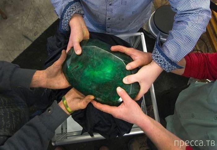Огромный изумруд весом в 1 килограмм (6 фото)