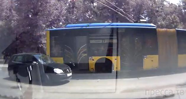 """""""Супер водятел!""""... Задом въехал в троллейбус"""