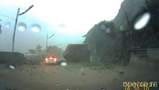 Кусок скалы упал на проезжую часть... ДТП в Китае