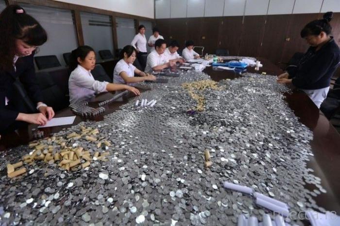 Китайский ресторатор заплатил штраф 8-ью мешками мелочи (7 фото)