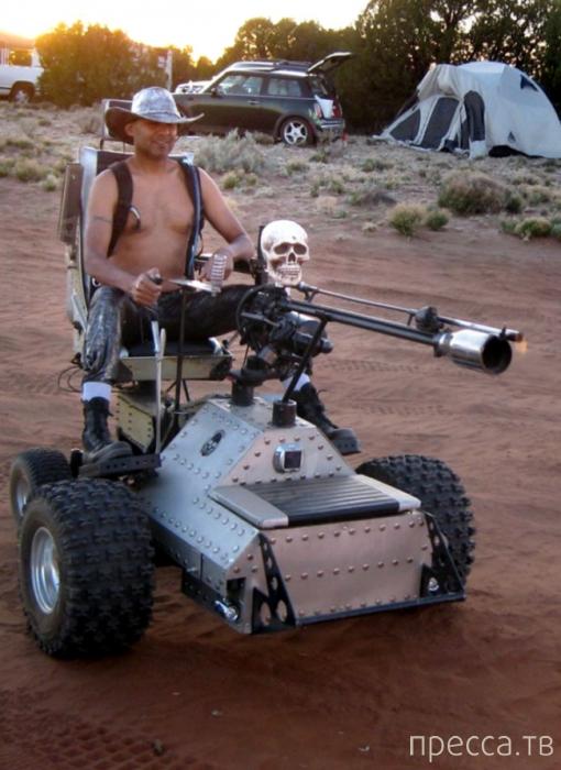 Инвалидная коляска с огнеметом (2 фото)