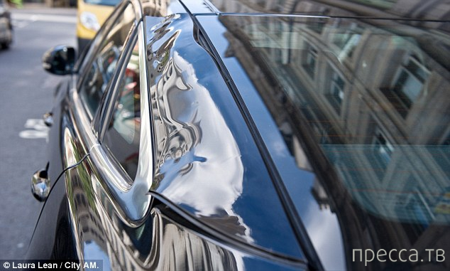 Небоскреб Walkie-Talkie расплавил, находящийся на стоянке Jaguar XJ (6 фото)