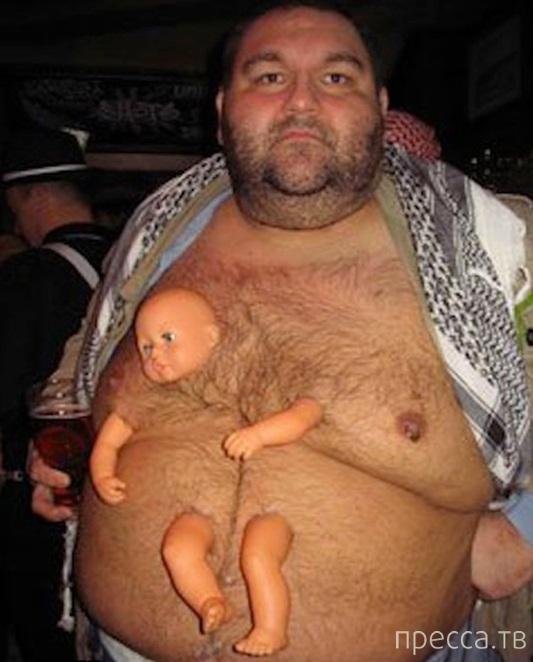 Мужчина вживил себе куклу в живот (2 фото)