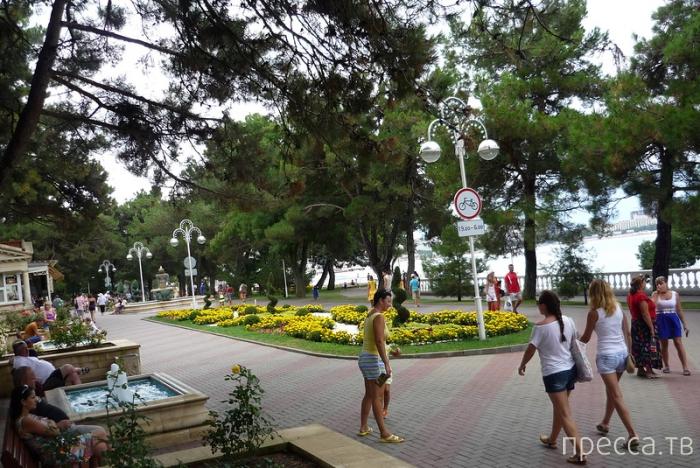 Геленджик - маленький уютный городок у подножия гор (38 фото)