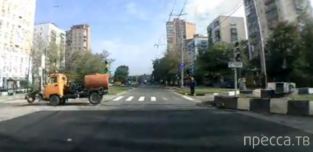 Женщина с ребенком переходили на красный... Повезло!!! у. Большая Академическая, Москва