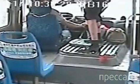 В Китае пытались ограбить водителя автобуса...