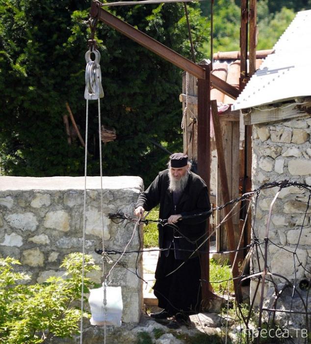 Грузинский монах Максим (Кавтарадзе) уже 20 лет живет в полном одиночестве (12 фото)