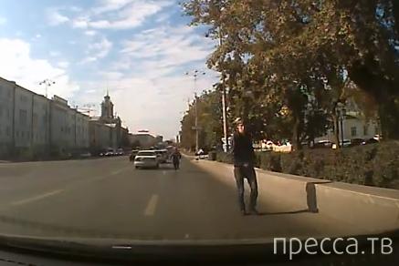 Чуть не сбил беспечного пешехода... ДТП в районе Плотинки, Екатеринбург