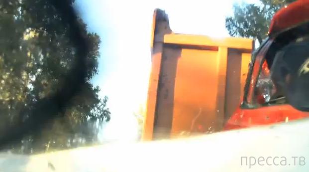 Два легковых авто сплющило между грузовиками... Страшное ДТП на Красносельском шоссе