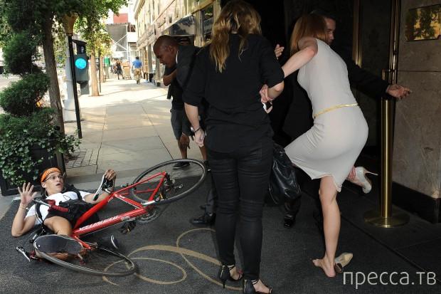 Велосипедист сбил Николь Кидман (3 фото)
