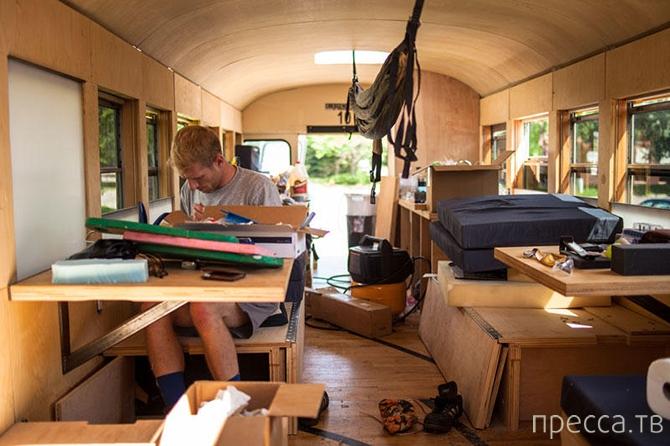 Креативный дом на колесах из школьного автобуса (26 фото)