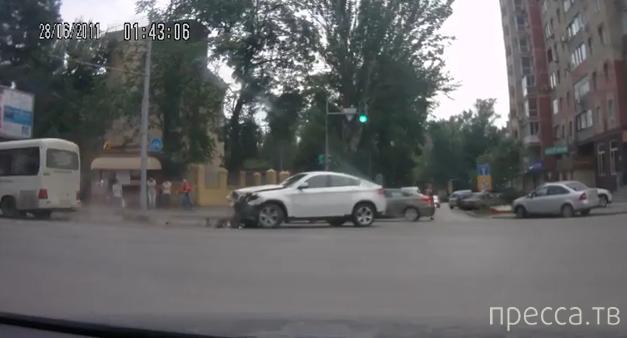 Оба хороши! Столкновение маршрутки и БМВ на перекрестке в Ростове-на-Дону
