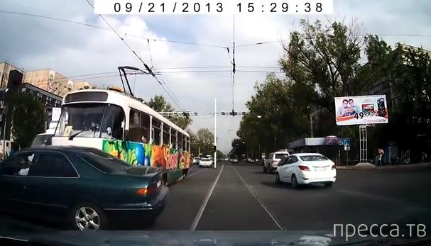 """Для """"Тойоты"""" трамвай не указ... ДТП в Алматы"""