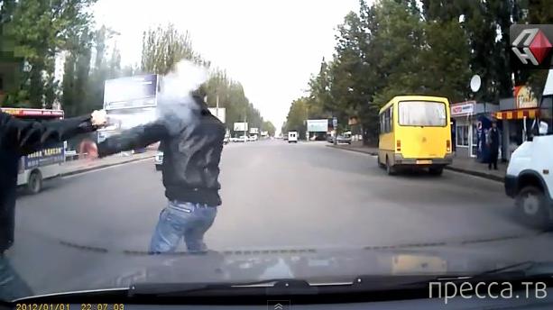 Крутые разборки на дороге в Николаеве: водитель брызгает газом, пешеход отрывает с машины номер