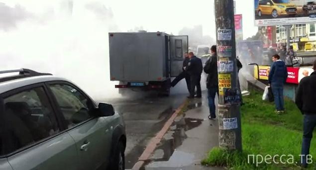 В Киеве едва не сгорел автозак с заключенными (видео)