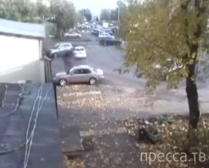"""Залетный """"гонщик"""" подбил машину на парковке и удрал... ДТП на ул. Автомоторная, Москва"""