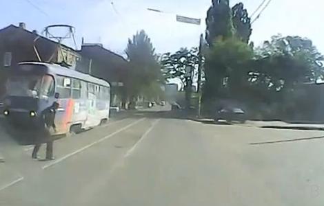 Бросил кирпич в лобовое стекло трамвая... ДТП в Харькове
