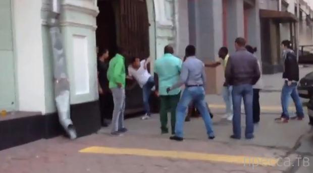 Негры бьют таджика в Москве...