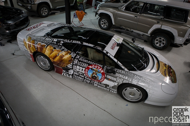 """""""Jaguar XJ220"""" развозит  фаст-фуд (4 фото)"""