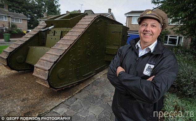 Англичанину Энтони Куку на танке нравится ездить больше,чем на автомобиле (3 фото)