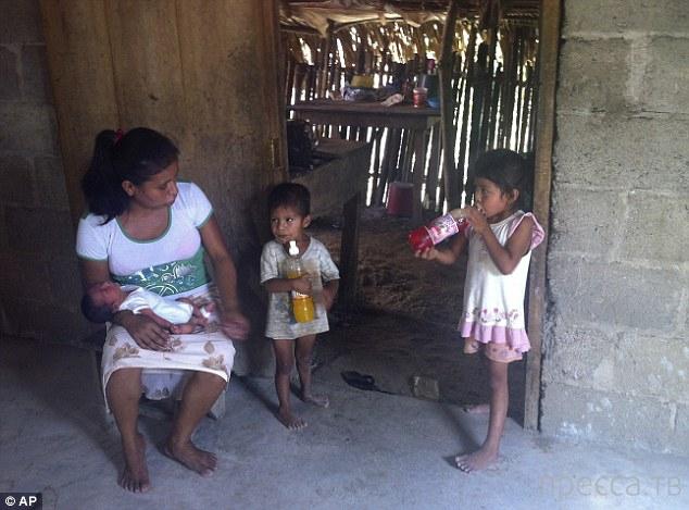 В Мексике беременной женщине отказали в помощи и она родила на газоне (3 фото)