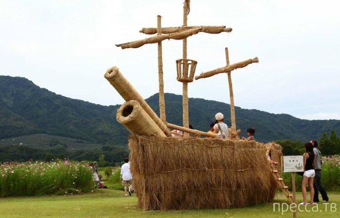 Фестиваль соломенных скульптур в Японии (10 фото)