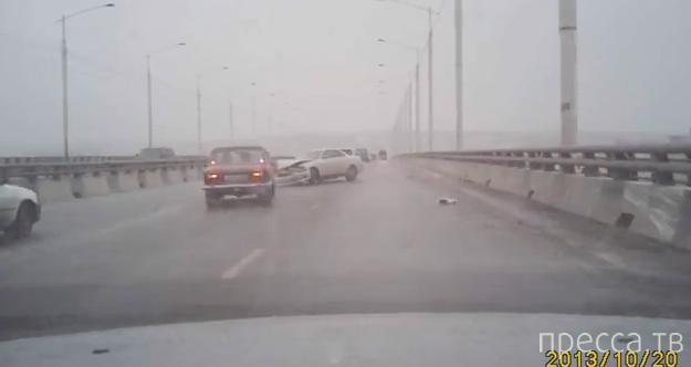 Иномарку на Академическом мосту отбросило на бетонное ограждение и развернуло... ДТП в Иркутске