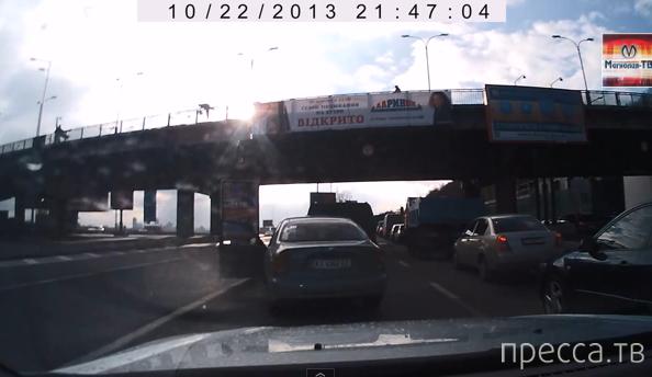 Женщина прыгнула с моста Метро... ДТП в Киеве