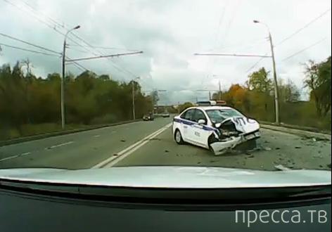 """28-летний водитель """"Nissan Teana"""" скончался на месте... Столкновение с полицейской машиной, Москва. Жесть!!!"""