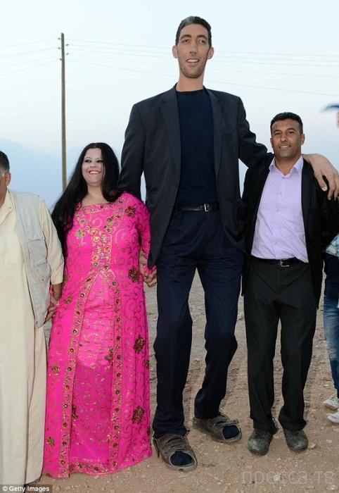 Самый высокий человек в мире женился (5 фото)