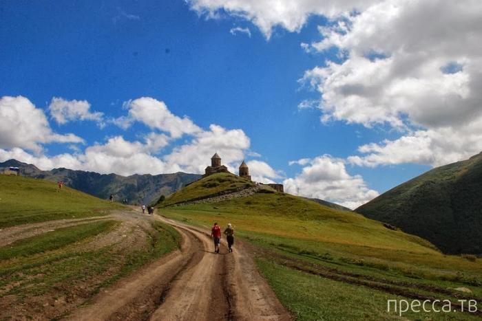 Грузия. Великолепный  Храм Пресвятой Троицы Гергети (14 фото)