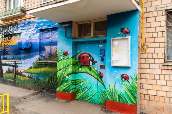 Позитивные рисунки на подъездах домов в Кузьминках (11 фото)