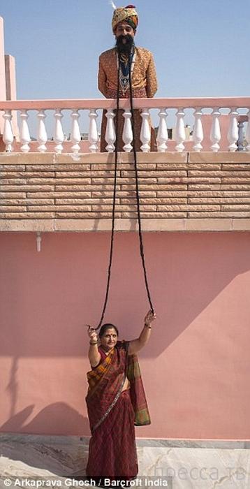 Житель Индии не брился 43 года ради усов 4 метра 26 сантиметров (8 фото)