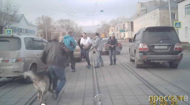 Впятером бьют одного... Разборки на дороге, ул. Советской Армии, Барнаул