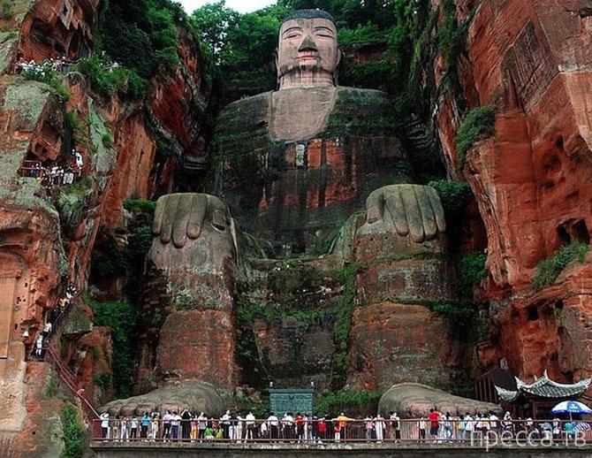Самая большая в мире статуя Будды, вырезанная в скале (10 фото)