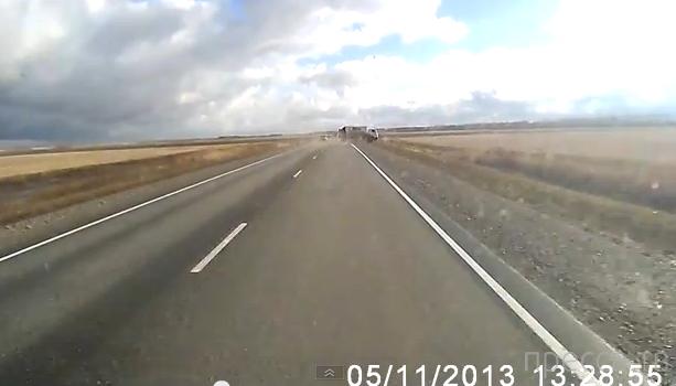 У фургончика во время движения отвалились колеса, он перевернулся и улетел в кювет... ДТП на трассе Омск-Тюкалинск