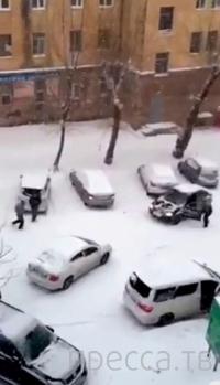Фургон покатился под уклон по гололеду и протаранил припаркованные машины... ДТП в Хабаровске