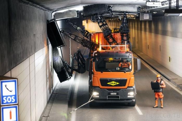 Рукастая машина для чистки автомобильных тоннелей (4 фото)