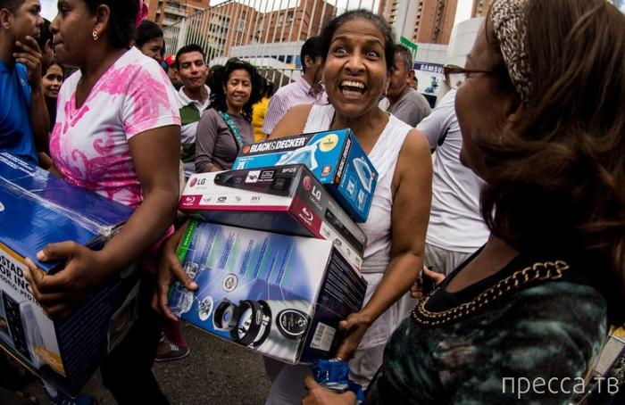 Безумие в Венесуэле: Армия захватила магазины и раздает товары почти бесплатно (9 фото)