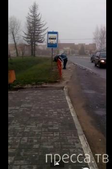 Минский водитель проводит прием самбо для устранения пьяного с проезжей части.