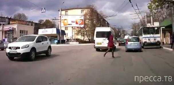 Девушка, бегающая за общественным транспортом... г. Севастополь