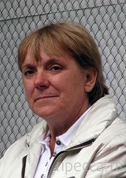 Бывшая гардеробщица - чемпионка по метанию ножей ( 6 фото + видео)