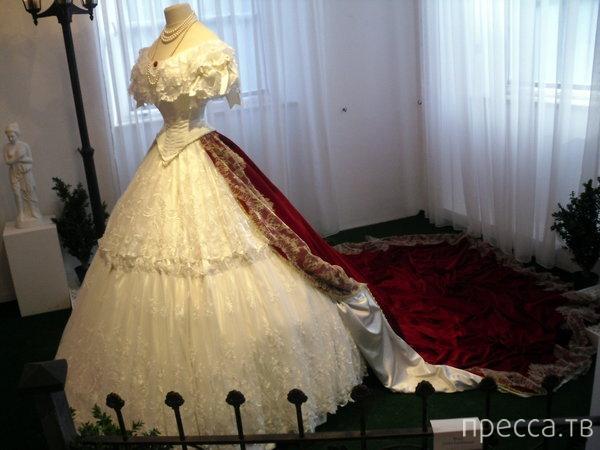 Как стирали и куда девали платья королев? (9 фото)