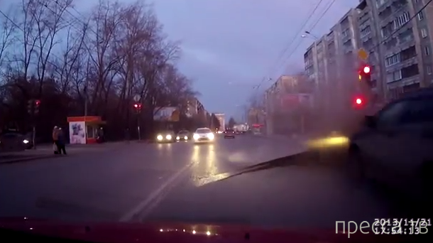 На перекрестке внезапно взорвалась труба, подняв асфальт... ДТП в Екатеринбурге